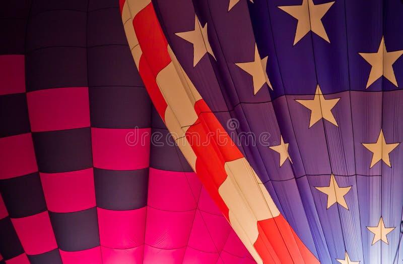 Patriotisk Lit för ballonger för varm luft upp på natten fotografering för bildbyråer