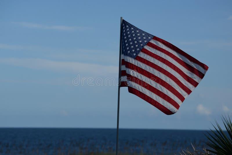 Patriotism är stromg genom hela Amerika, även på stranden royaltyfria bilder