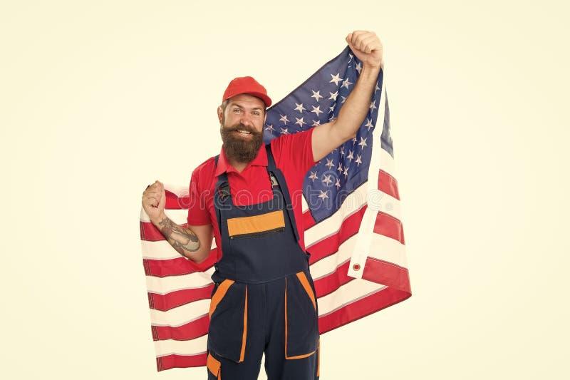 Patriotismus und Nationalstolz werden offen zum Ausdruck gebracht Bekleideter Mann mit nationaler Flagge der USA auf weißem Grund stockfotografie