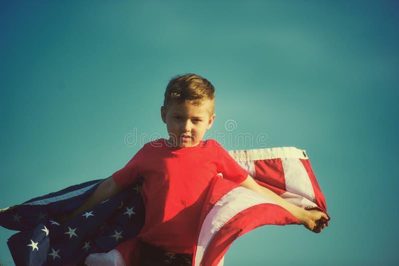 Patriotpojke med USA-flaggan arkivbilder