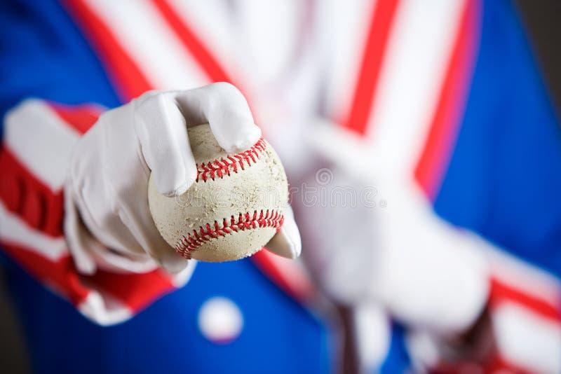 Patriottico: Dare un baseball fotografia stock libera da diritti