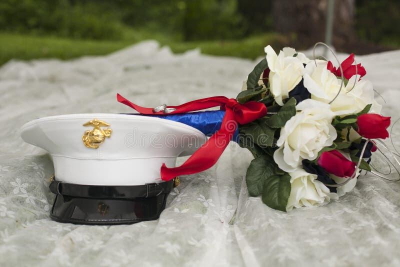 Patriottisch huwelijksboeket en militaire hoed royalty-vrije stock fotografie