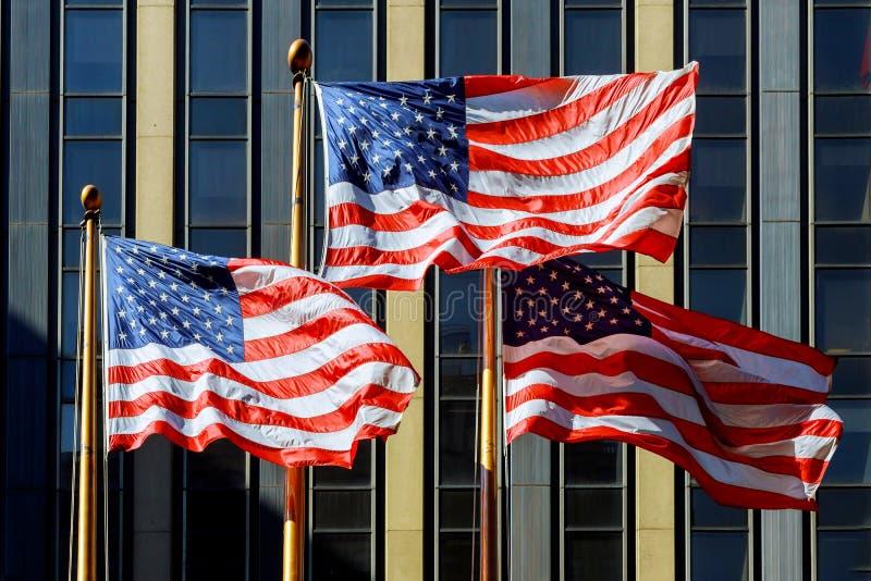 Patriottische Amerikaanse vlag voor wolkenkrabbers, bezinningen, Amerikaanse vlag stock afbeeldingen