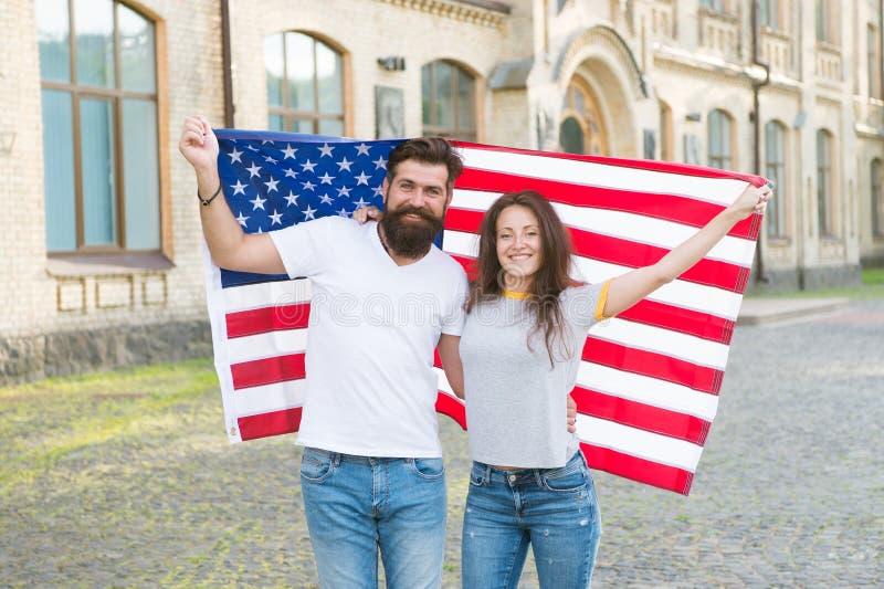 Patriottische geest De achtergrond van de onafhankelijkheid Day Nationale feestdag Het gebaarde hipster en meisjes vieren 4 van J royalty-vrije stock fotografie
