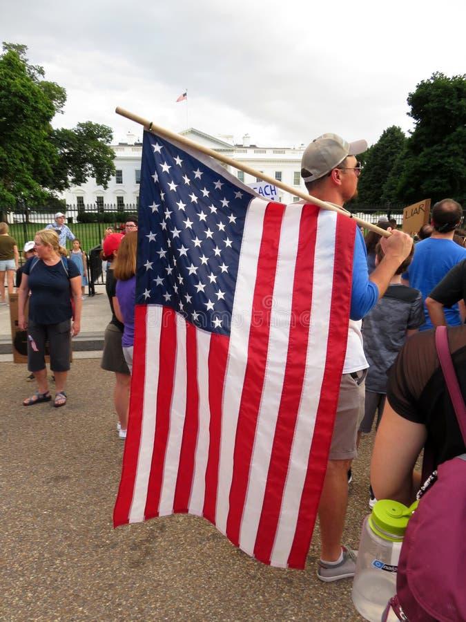 Patriottische Protesteerder met Grote Amerikaanse Vlag stock foto's