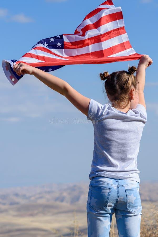 Patriottische vakantie Gelukkig leuk jong geitje, weinig kindmeisje met Amerikaanse vlag De V.S. vieren 4 van Juli royalty-vrije stock afbeeldingen