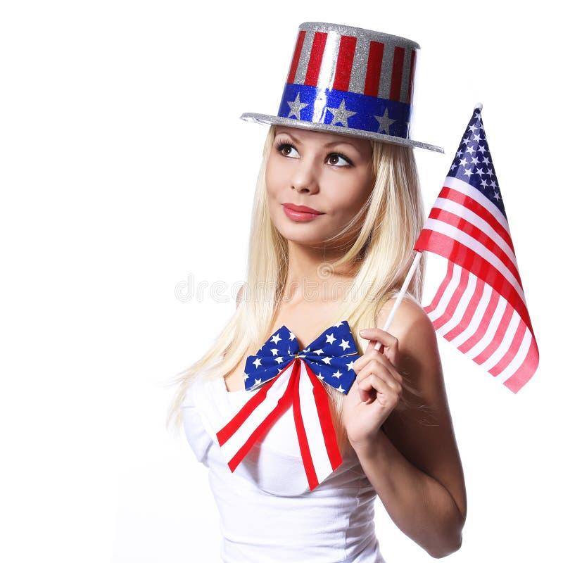 Patriotyczna kobieta z flaga amerykańską odizolowywającą na bielu zdjęcie royalty free