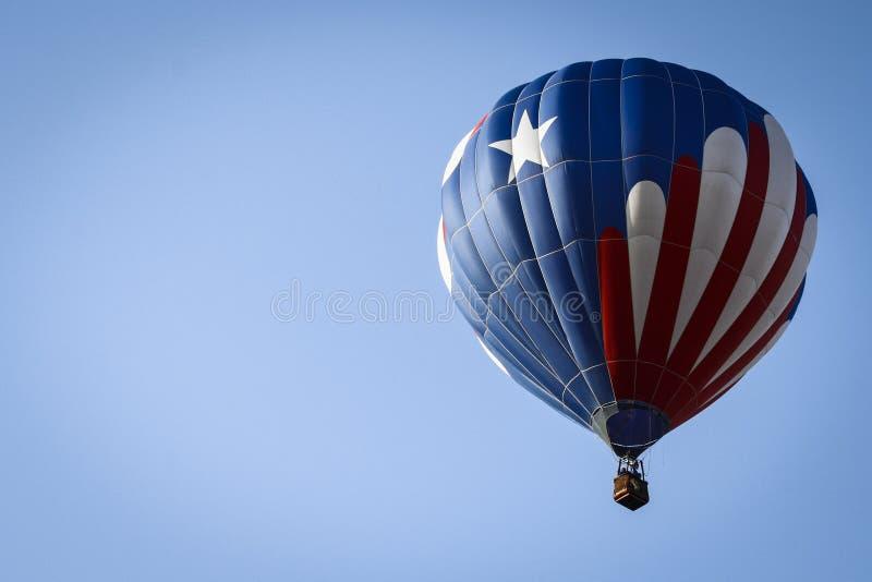 Patriotyczny gorące powietrze balon Above obrazy stock