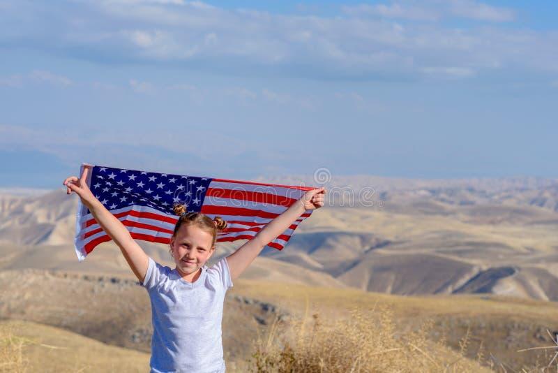 Patriotyczny wakacje Szcz??liwy dzieciak, ?liczna ma?e dziecko dziewczyna z flaga ameryka?sk? Obywatel 4 Lipiec billboardu dzie?  zdjęcie royalty free
