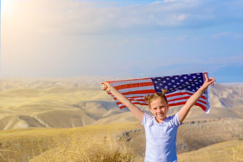Patriotyczny wakacje Szcz??liwy dzieciak, ?liczna ma?e dziecko dziewczyna z flaga ameryka?sk? Obywatel 4 Lipiec billboardu dzie?  obraz stock