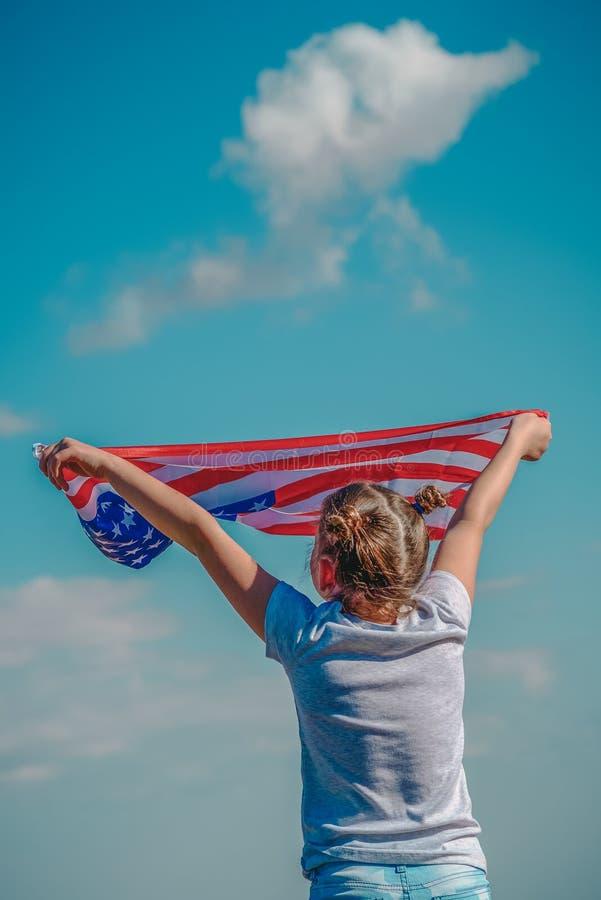 Patriotyczny wakacje Szcz??liwy dzieciak, ?liczna ma?e dziecko dziewczyna z flaga ameryka?sk? USA ?wi?tuje 4th Lipiec obrazy stock