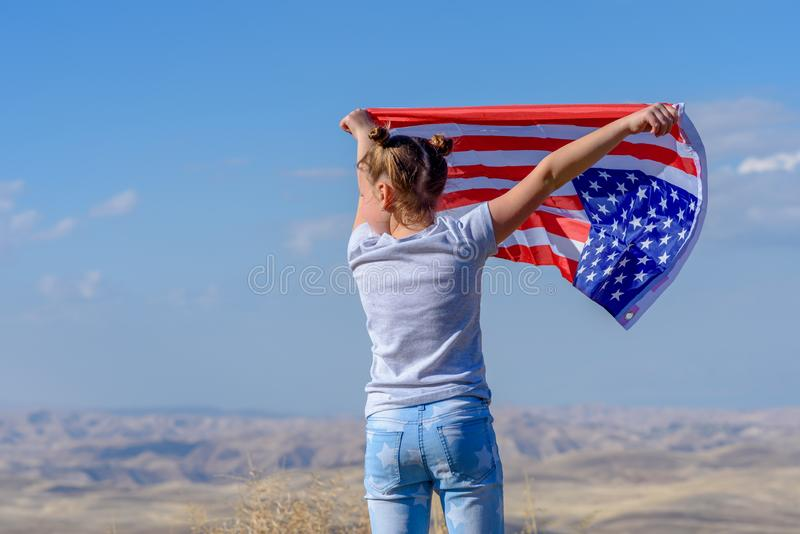 Patriotyczny wakacje Szcz??liwy dzieciak, ?liczna ma?e dziecko dziewczyna z flaga ameryka?sk? USA ?wi?tuje 4th Lipiec fotografia royalty free
