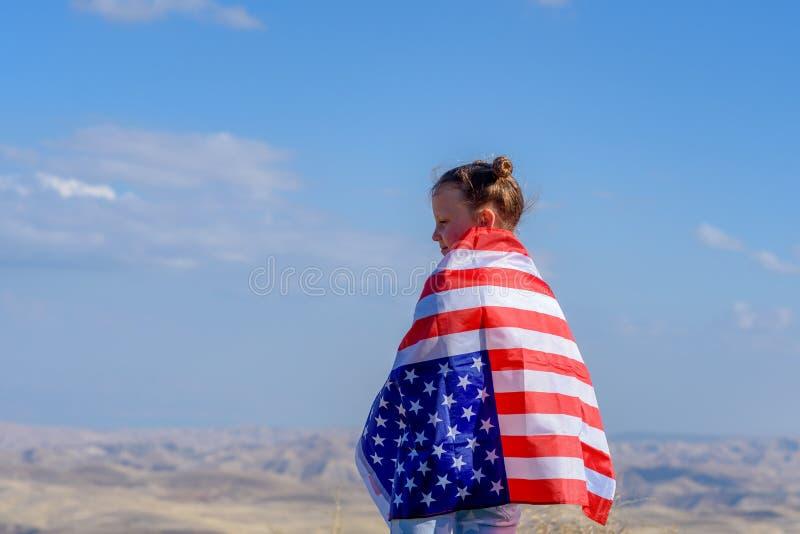 Patriotyczny wakacje Szcz??liwy dzieciak, ?liczna ma?e dziecko dziewczyna z flaga ameryka?sk? USA ?wi?tuje 4th Lipiec zdjęcie royalty free
