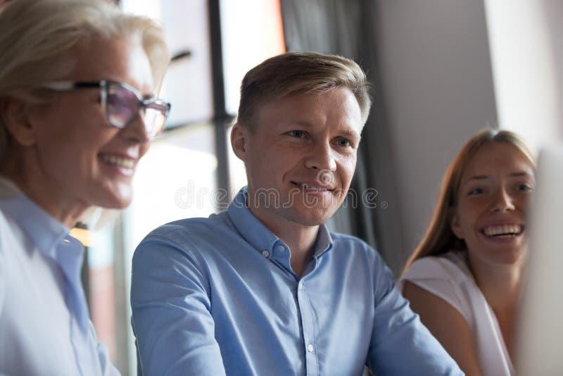 Patron caucasien sûr discutant avec des employés pendant le briefing images stock