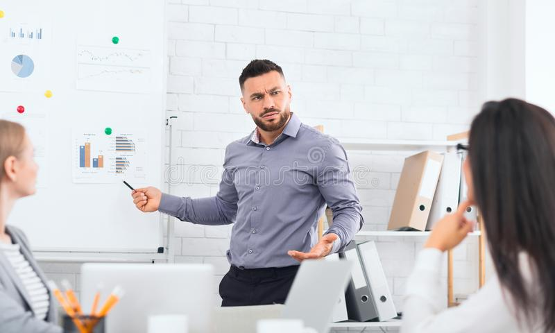 Patron de renversement montrant des rapports financiers avec des résultats de travail image stock