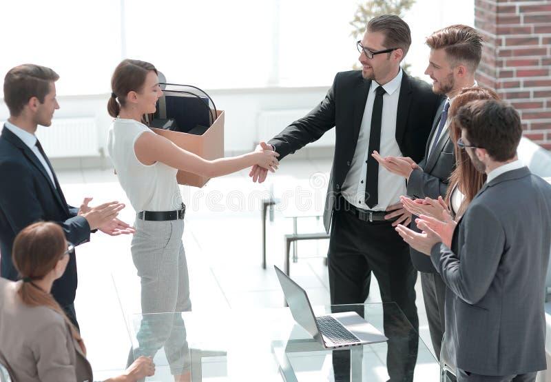 Patron et le nouvel employé se serrant la main les uns avec les autres photos stock