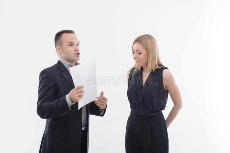 Patron fâché avec le jeune employé images libres de droits