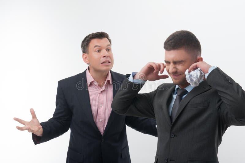 Patron fâché avec le jeune employé photos stock