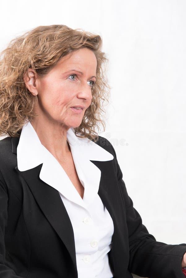 Patron féminin parlant à quelqu'un photographie stock libre de droits