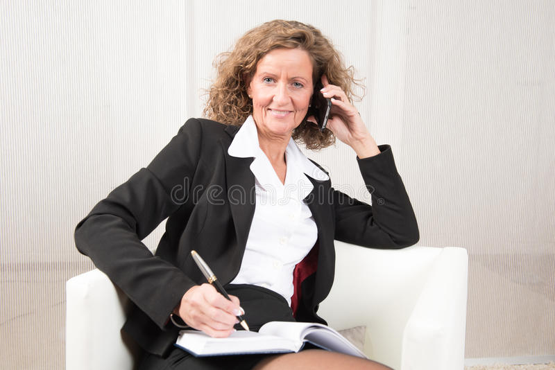 Patron féminin parlant à quelqu'un et étant heureux photos libres de droits