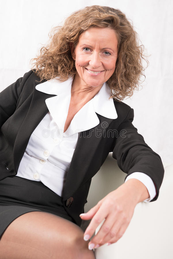 Patron féminin parlant à quelqu'un et étant heureux image libre de droits