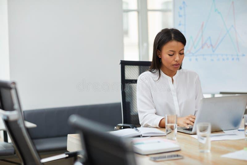 Patron féminin réussi Working photos libres de droits