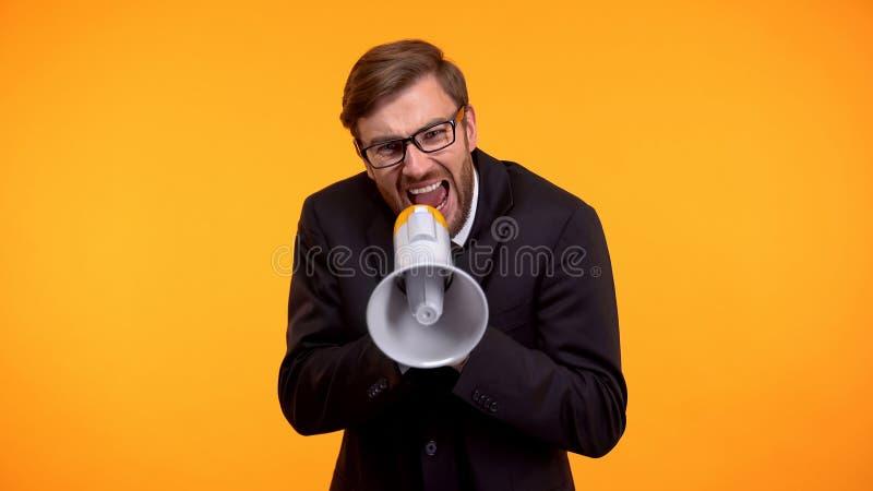 Patron f?ch? criant aux employ?s ? l'aide du m?gaphone, harc?lement au travail, effort photos stock