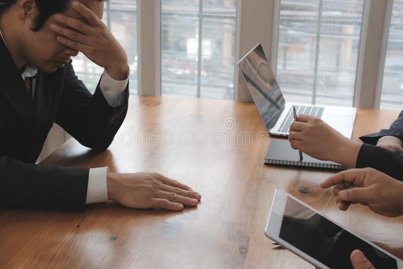 patron furieux grondant l'homme frustrant blam irrité d'homme d'affaires image stock