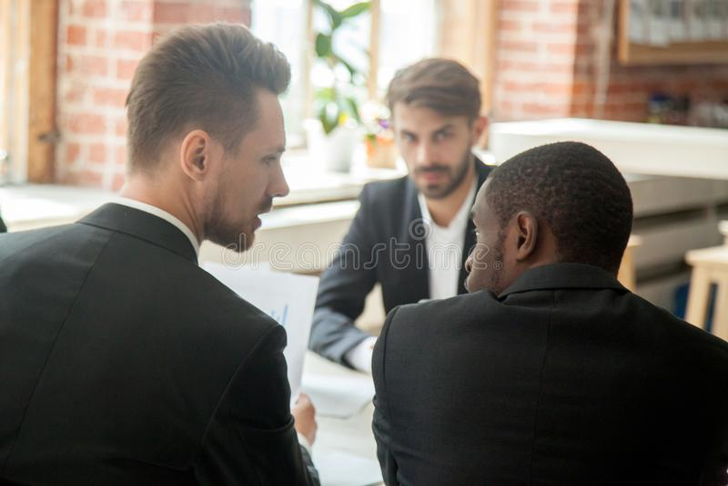 Patron grondant l'employé d'afro-américain en raison d'improductif images stock