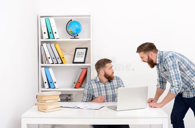 Patron irrité fâché hurlant à son clone des employés photo stock