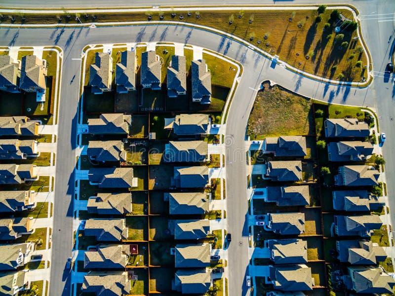 Patronen die onderaan over Noorden het In de voorsteden van Zonsonderganghuizen van Austin dichtbij Ronde Rots kijken stock foto's