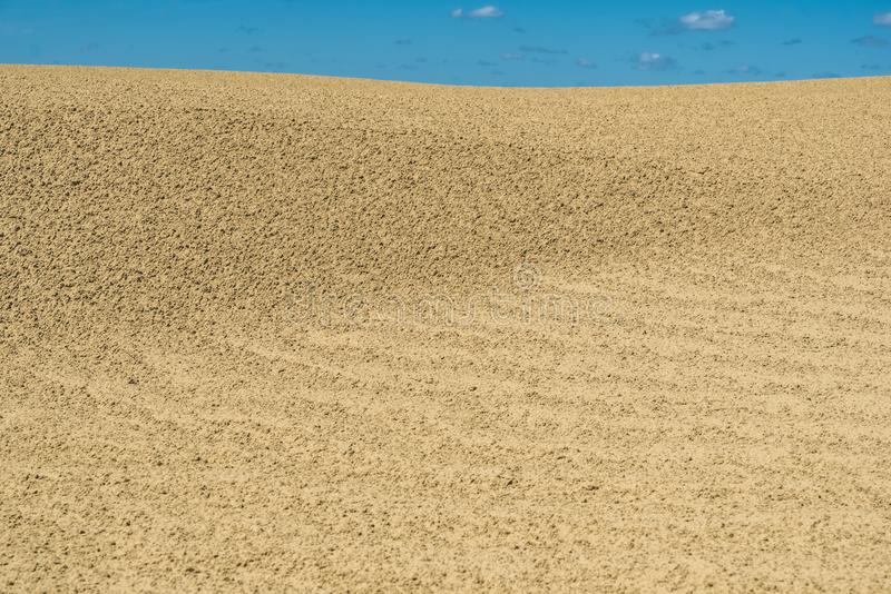 Patronen in het zand onder blauwe hemel in Grote Sandhills van Saskatchewan, Canada stock afbeelding