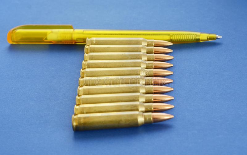 Patronen 5 56mm Munitie met Pen als Concept Propaganda in Massamedia Het valse Concept van de Nieuwsinvasie stock afbeelding