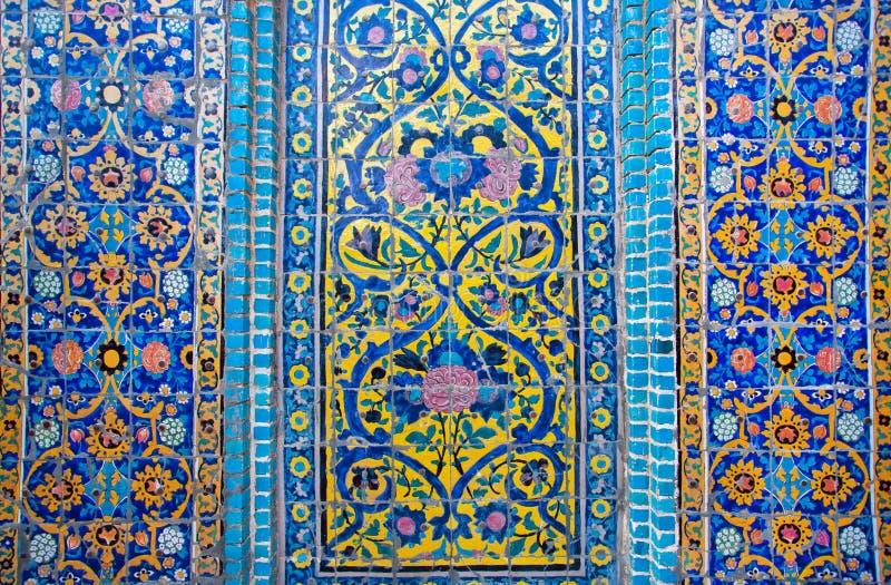 Patronen op een afbrokkelende tegel van mooi Perzisch Paleis royalty-vrije stock foto's