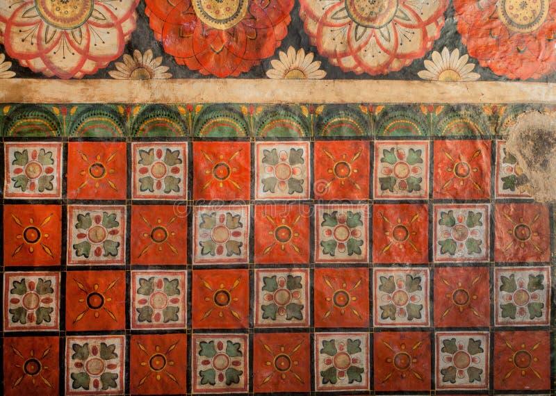 Patronen van de oude fresko, de bloemen en het kleurrijke decor op plafond van de oude tempel van Boedha Het godsdienstige kunstw stock foto