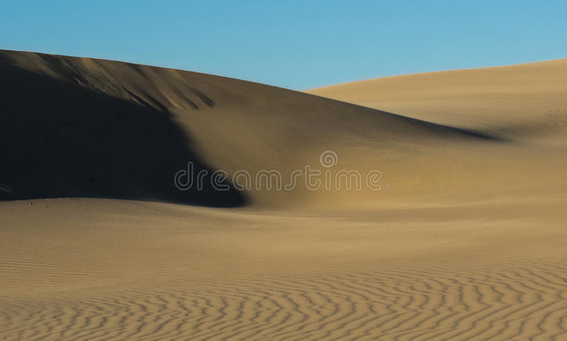 Patronen in zandduinen door wind worden gevormd die royalty-vrije stock foto