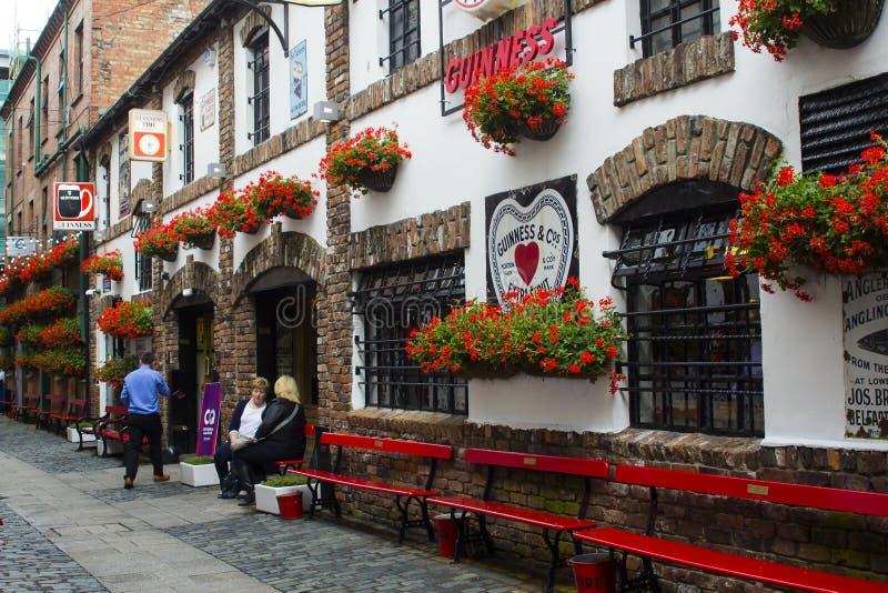 Patrons en dehors du duc historique du bar de York dans la ruelle commerciale à Belfast, Irlande du Nord photo libre de droits