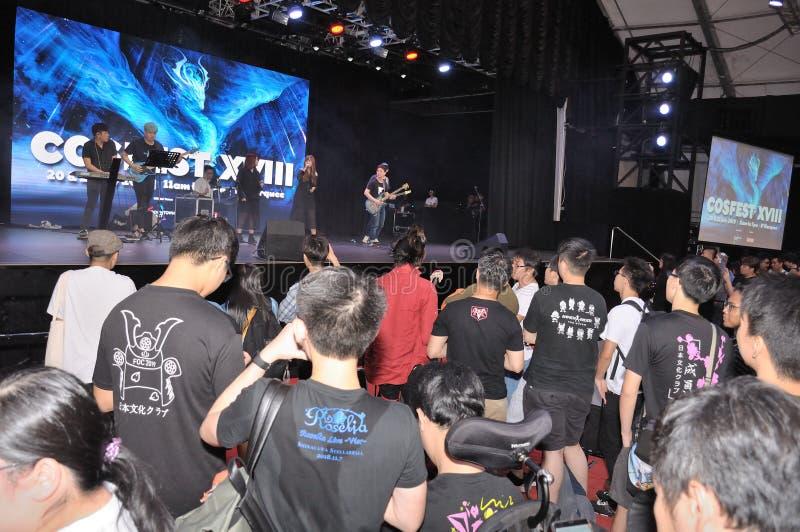 Patrons et visiteurs regardant une représentation sur l'étape chez Cosfest à Singapour photo stock