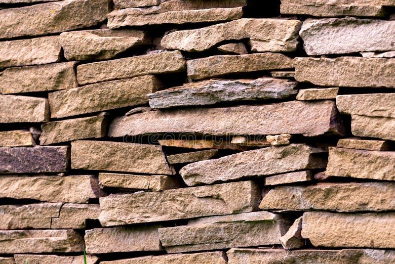Patroon grijze kleur van de moderne oppervlakte van de de steenmuur van het stijlontwerp decoratieve ongelijke gebarsten echte royalty-vrije stock foto's