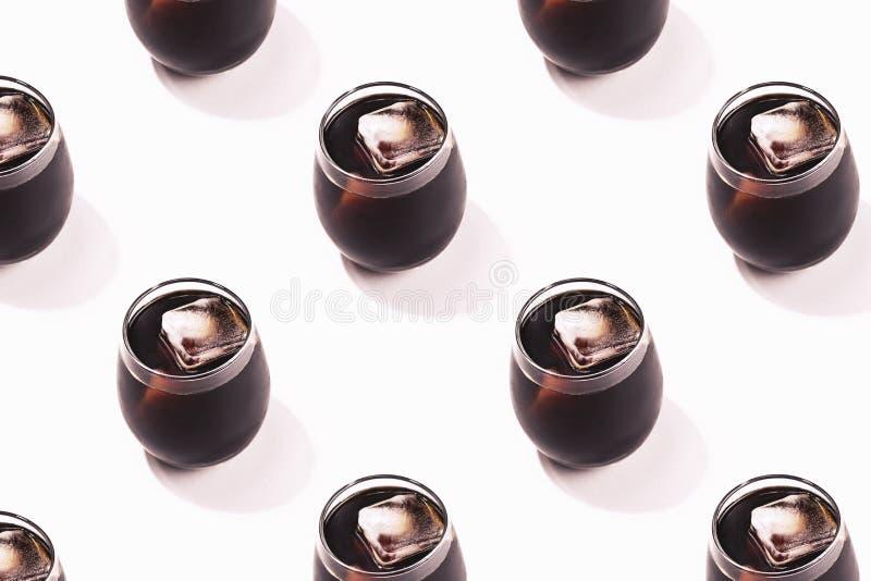 Patroon met ijskoffie wordt gemaakt in het glas dat stock afbeelding