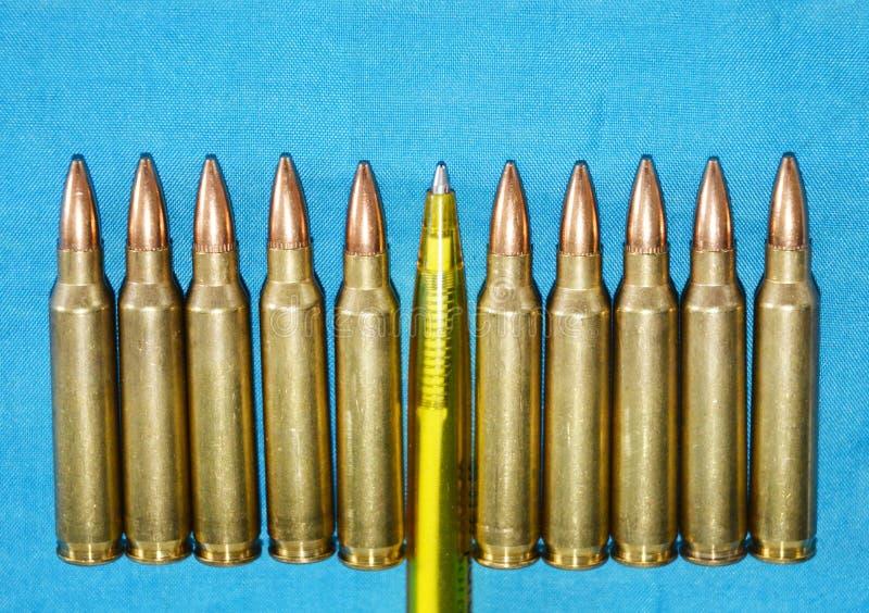 Patroon 5 56 Mm-Kaliber met Pen als Concept Propaganda in Massamedia Het valse Concept van de Nieuwsinvasie stock fotografie