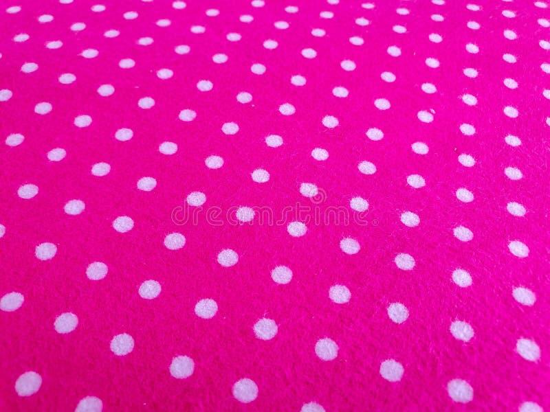 Patroon, textuur, achtergrond, behang Zachte heldere roze katoenen steekproef met witte punten, met geometrisch ornament Sluit om royalty-vrije stock afbeeldingen