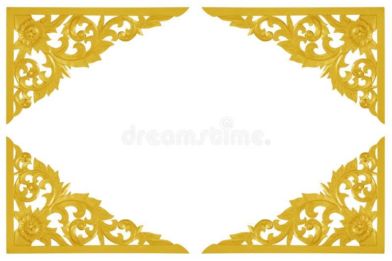 Patroon van bloem van houten die goud wordt op witte backgrou wordt geïsoleerd gesneden die royalty-vrije stock fotografie