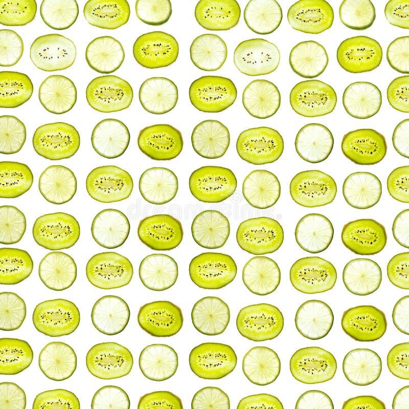 Patroon van dichte omhooggaande die plakken van kiwi en kalk op witte achtergrond wordt geïsoleerd stock afbeeldingen