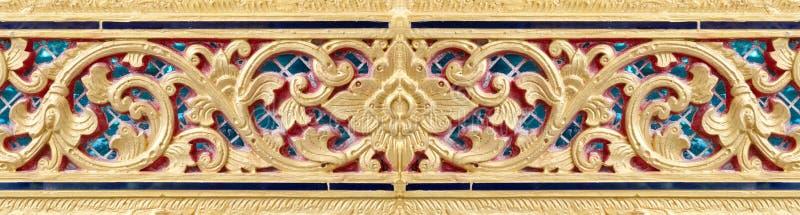Patroon van gouden die bloem op gipspleisterontwerp wordt gesneden van inheemse muur royalty-vrije stock afbeeldingen