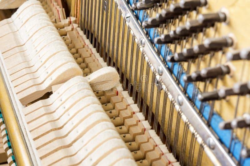 Patroon van hamers en koorden binnen piano stock afbeelding