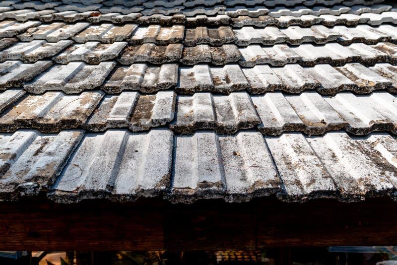 Patroon van het oude dak van de kleitegel van een huis met ouderwets ontwerp stock afbeeldingen