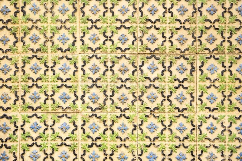Patroon van oude tegels met in reliëf gemaakte bloemvormen stock foto's