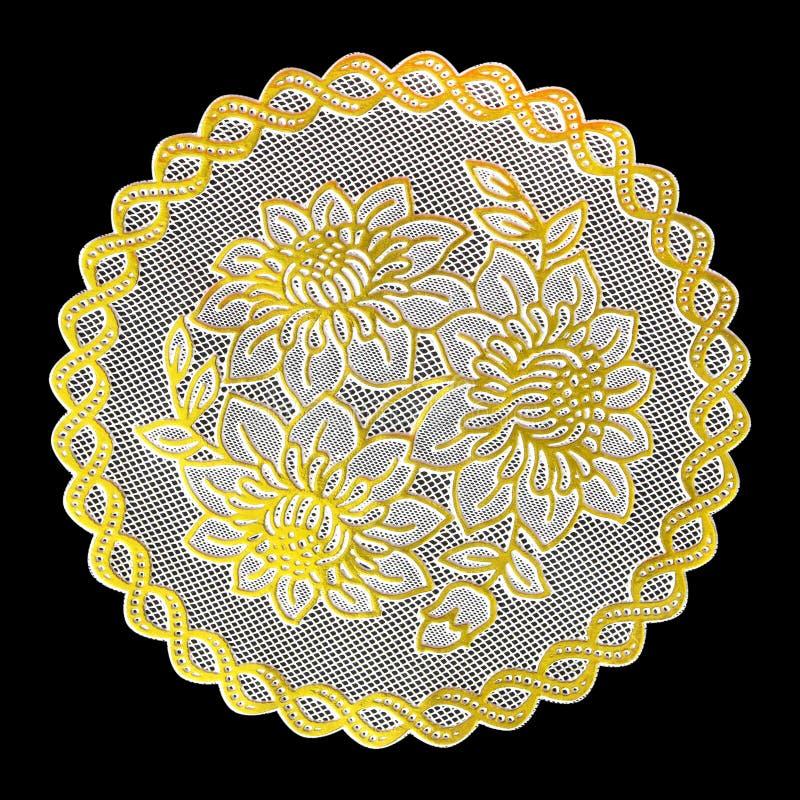 Patroon van Plastic gouden die bloemen voor tafelkleed op zwarte achtergrond wordt geïsoleerd royalty-vrije stock fotografie