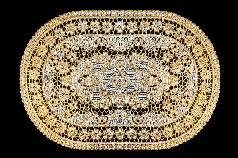 Patroon van Plastic gouden die bloemen voor tafelkleed op zwarte achtergrond wordt geïsoleerd royalty-vrije stock foto